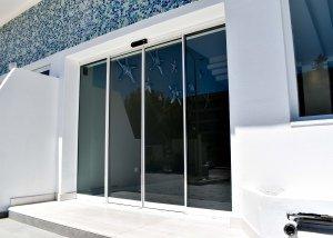 Αυτόματη πόρτα σε είσοδο ξενοδοχείου