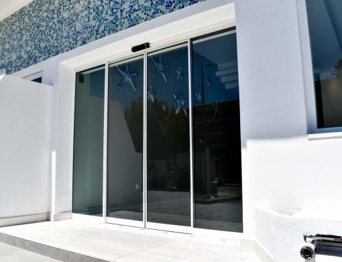 Αυτόματη πόρτα εισόδου ξενοδοχείου στη Ρόδο