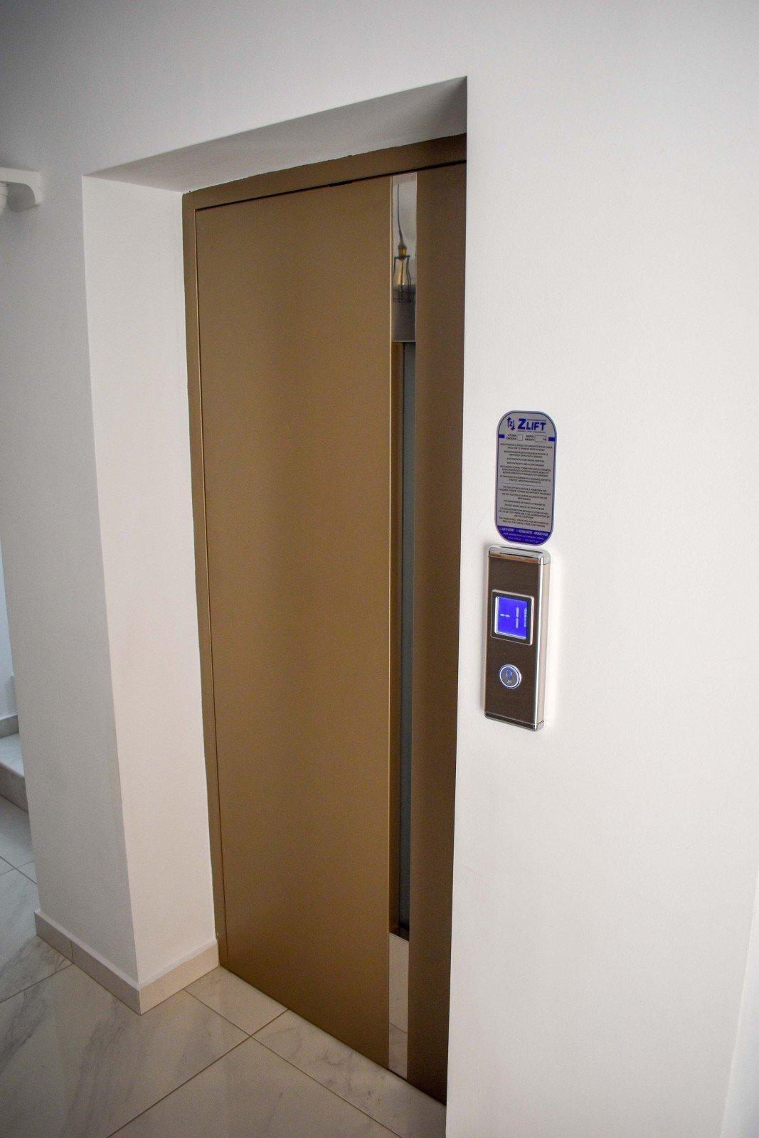 Πόρτα ανελκυστήρα