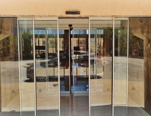 Αυτόματη συρόμενη πόρτα εισόδου σε ξενοδοχείο της Ρόδου