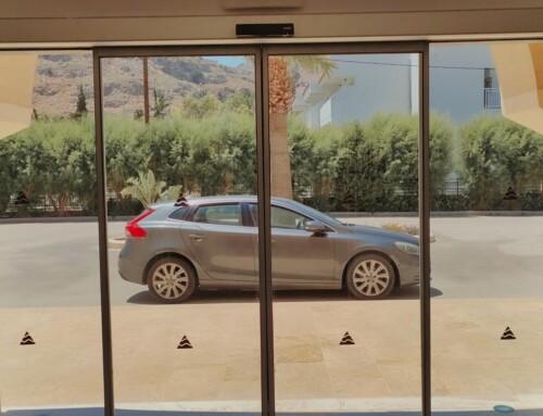 Μηχανισμός αυτόματης συρόμενης πόρτας σε είσοδο ξενοδοχείου στην Ρόδο