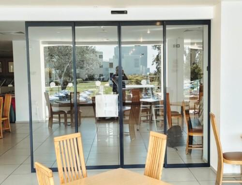 Αυτόματη πόρτα σε εστιατόριο ξενοδοχείου στην Ρόδο